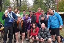 Účastníci 2. ročníku nohejbalového turnaje trojic, který vyhrál celek Gustlíčku.
