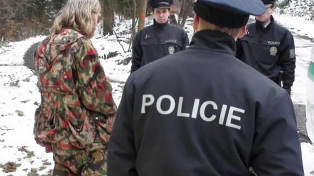 Zadržení Jana Michela (vlevo) proběhlo bez problémů. Přestože měl u sebe mačetu, odpor nekladl. Nyní stanul u soudu, který mu vyměřil 21 měsíců nepodmíněně.