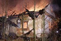 Šest jednotek hasičů zasahovalo ve středu večer v Hnojníku u požáru staršího a neobydleného přízemního rodinného domku se sedlovou střechou. Při požáru nebyl nikdo zraněn, škoda na objektu činí předběžně zhruba půl milionu korun.