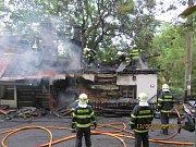 V Chlebovicích hořel starší rekreační domek.