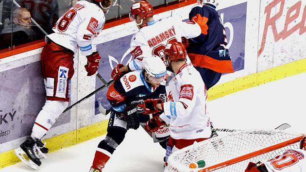 Oceláři (v bílém) proti Chomutovu.