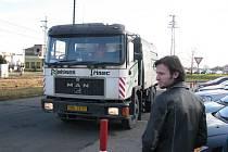Vůz společnosti Nehlsen stojí u parkoviště před třineckou radnicí. Firma, kterou z poloviny ovládá město, bude mít zanedlouho dva jednatele. Přejí si to její němečtí spoluvlastníci.