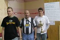 Nejlepší hráči 11. ročníku šachového turnaje Mostecká věž. Zleva stojí Jacek Szwed, Petr Velička a Jiří Kočiščák.