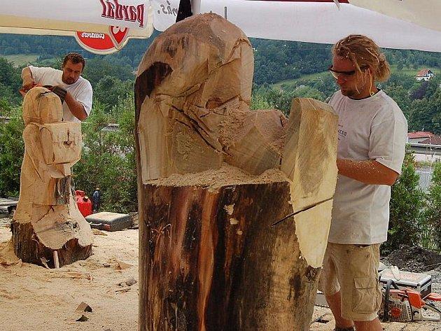 Řezbáři při práci na sochách pro prodej v dražbě