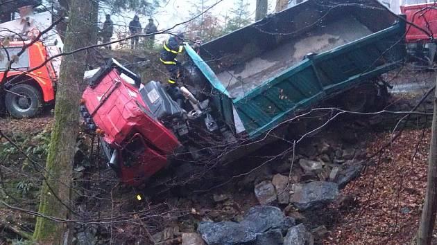 Převrácená Tatra skončila v potoce vedle silnice.