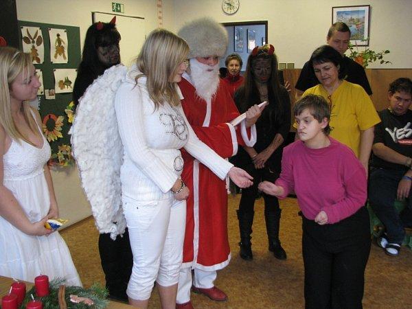 Mikuláš letos opět naděloval a nezapomněl ani na děti ze speciální školy ve Frýdku-Místku.