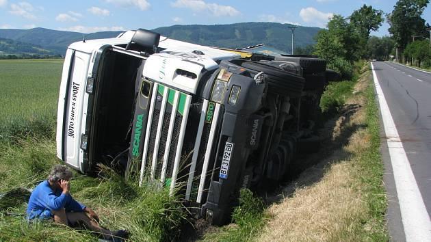 Sobotní nehoda kamionu v Neborech se obešla bez zranění. Na snímku jeho řidič sedí v popředí a telefonuje.
