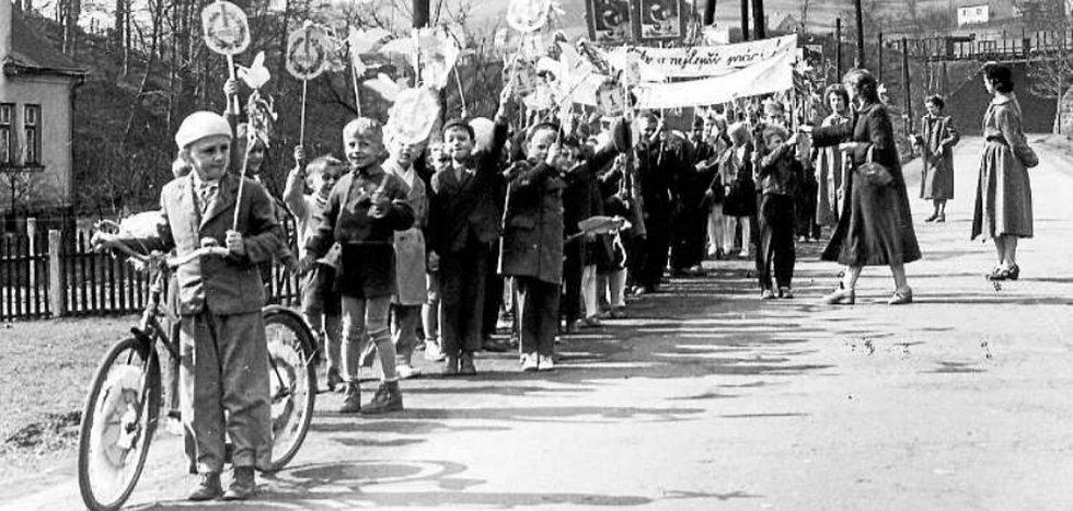 ŽÁCI české školy v prvomájovém průvodu mezi viaduktem a českou školou – rok 1958.