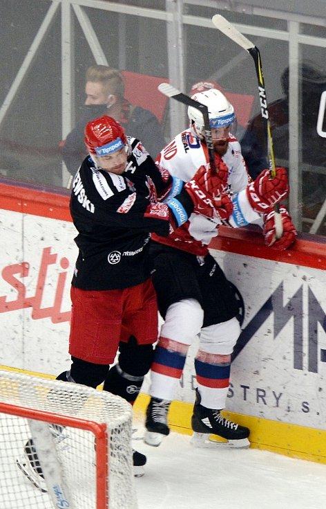 Třinečtí Oceláři (v černém) vyhráli v úvodní finálové bitvě Generali Česká Cupu nad Pardubicemi 3:0.