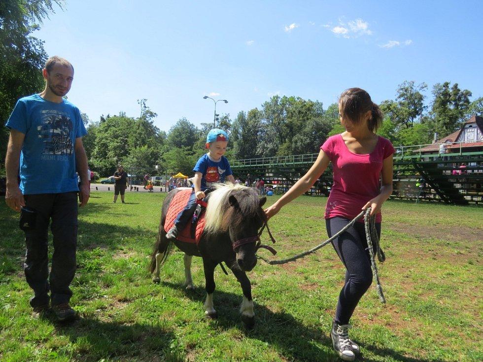 Na sobotním Dnu dětí Lumpíkov si mohli návštěvníci zajezdit na poníkovi nebo třeba zastřílet z airsoftové zbraně.