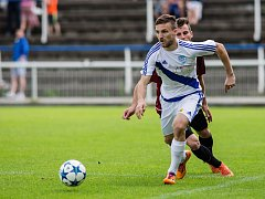 Frýdecký obránce Pavol Ilko (v bílém) pečetil třetím gólem zaslouženou výhru Valcířů nad Opavou.