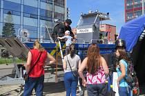 Den s IZS přilákal v sobotu na třinecké náměstí Svobody davy lidí. Po celé dopoledne mohli obdivovat techniku, jakou policisté, hasiči a záchranáři disponují, k vidění byl simulovaný zásah speciální pořádkové jednotky při zadržení nebezpečného pachatele.