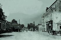 POHLED na hlavní silnici vedoucí středem obce v roce 1924. Nalevo hasičská zbrojnice, která byla vybudována v roce 1904, napravo stojí obchodní dům Jan Krus. V pozadí se nachází ordinace MUDr. Vítězslava Možíška. Do obce je v roce 1930 zavedena elektřina.