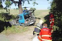 Čtyřiapadesátiletý řidič Renaultu Clio v úterý ráno čelně narazil do vzrostlého stromu. Náraz nepřežil.