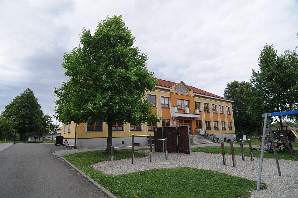 Budova základní a mateřské školy v Soběšovicích.