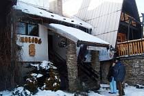 Lidé vcházejí do restaurace Koliba v Komorní Lhotce.