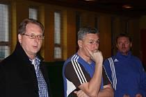 Ještě než přešli fotbalisté na místní umělou trávu, promluvili k hráčům ředitel fotbalového klubu MFK Frýdek-Místek Radomír Myška, ale i trenéři Milan Duhan s Karlem Orlem.