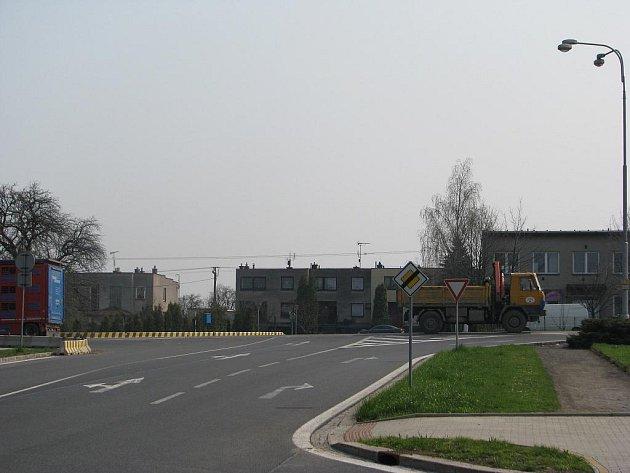 V těchto místech končí úsek, v němž bude rekonstruován chodník po obou stranách Lidické ulice. Na snímku je i křižovatka na Kamionce, která na svou modernizaci teprve čeká.