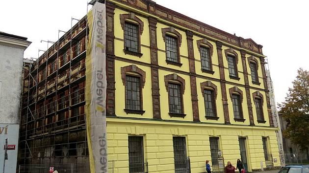 Bývalá textilka v Těšínské ulici ve Frýdku se rozzářila novou barvou. Oprava fasády je jedním z výsledků memoranda mezi městem a Slezanem.