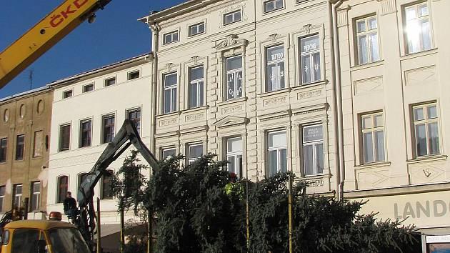 Na náměstí Svobody ve Frýdku-Místku už v pondělí stavěli pomocí jeřábu vánoční strom.