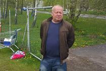 Trenér Leoš Kalvoda sledoval trénink frýdecko-místeckých fotbalistů prozatím zpovzdálí.