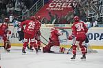 Třinečtí hokejisté (v červeném) ovládli úvodní duel finále na ledě Liberce.
