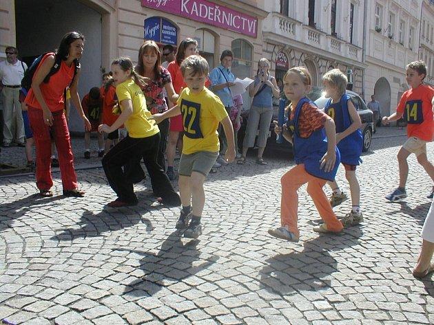Program dětského dne na místeckém náměstí Svobody odstartoval o půl jedenácté 2. ročníkem Nevi městské štafety základních škol.