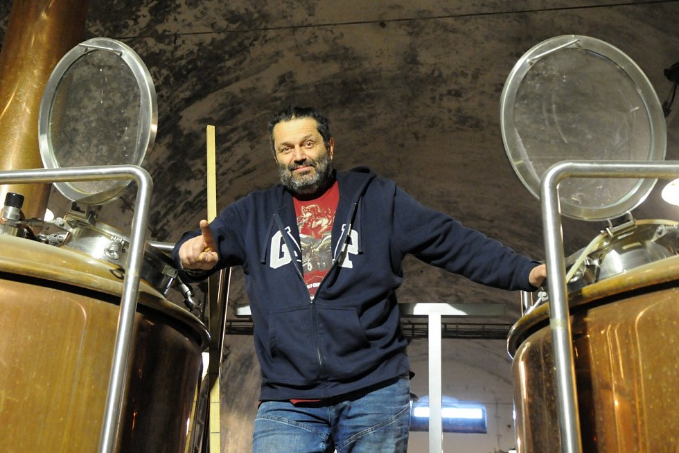 Zbyňku Burešovi mohou nejen obyvatelé Paskova být vděční za to, že po více než sto letech obnovil tradici vaření piva vtomto městě. Vaří Obecní desítku, dvanáctku nazvanou Borloch a třináctku Perkajst.