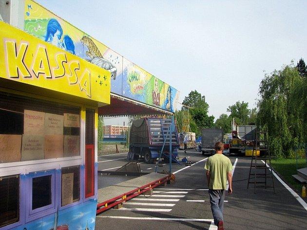 U frýdecko-místecké víceúčelové haly se o víkendu chystá tradiční pouť. Se stavbou atrakcí se začalo ve čtvrtek.