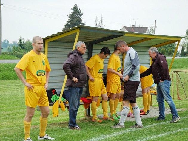 Tošanovicím (ve žlutém) se přestalo dařit. Doma tentokráte nestačili na petrovický Inter.
