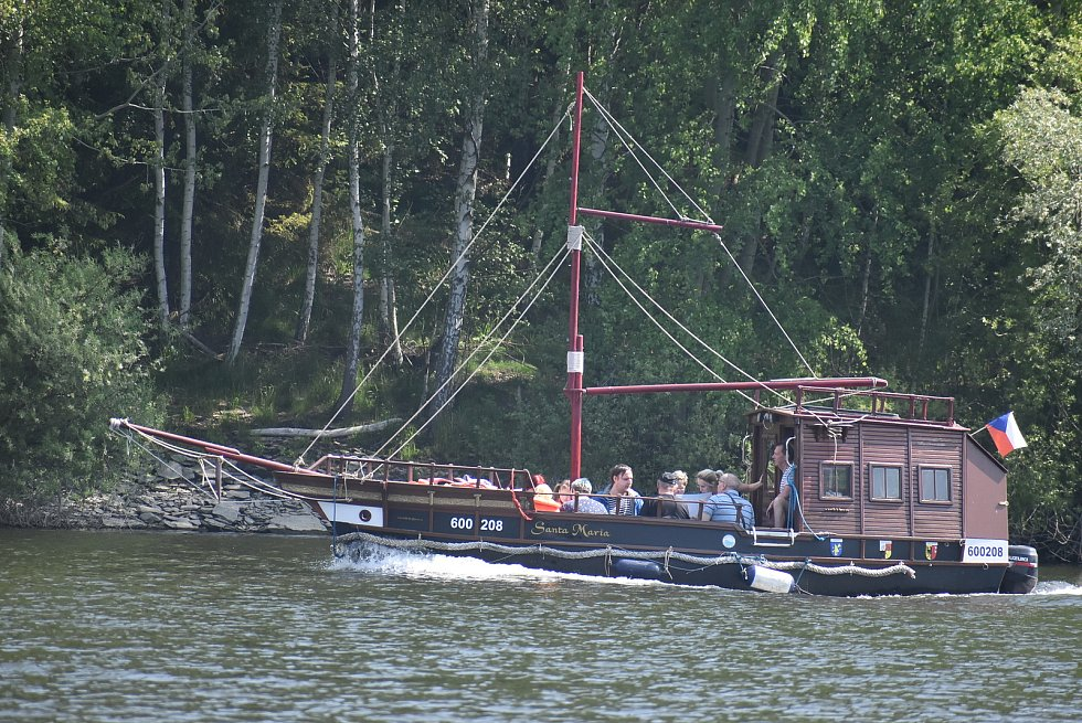 Na Slezské Hartě začala pravidelná lodní doprava mezi Razovou a Roudnem. Starosta Razové Ivan Fehérvári se ujal role převozníka.