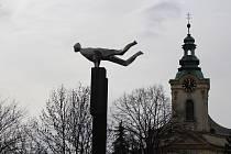 Plastika Nová doba, která stojí v Místku u kostela sv. Jana a Pavla.