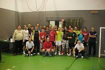 Účastníci Vánočního turnaje ve stolním tenise.
