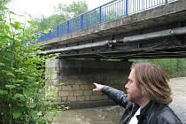 Pilíř starého mostu v Bašce se v květnu podemlela velká voda. Most je nyní zcela uzavřen. Jeho osud už je zpečetěn: bude muset být stržen a na jeho místě vyroste zcela nový most.