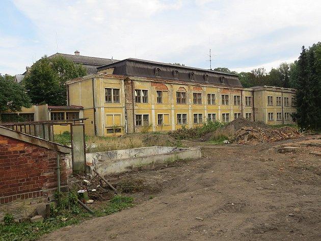 Smutný pohled na část paskovské památky by za několik let mohl patřit minulosti. V bývalém lůžkovém pavilonu s největší pravděpodobností vznikne ubytování pro seniory, které částečně nahradí služby klasických domovů důchodců.