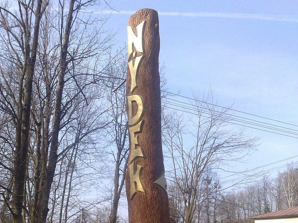 Sochař Jan Vitásek ve čtvrtek 9. dubna dokončil nový poutač v Nýdku
