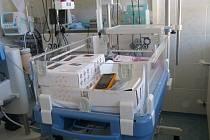 Resuscitační lůžko pro novorozence v Nemocnici Třinec.