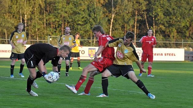 Brankář Čáslavi Ducheček byl u míče dříve než domácí Surynek, kterého atakuje Hečko.