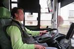 Moderní autobus v ulicích Frýdku-Místku.