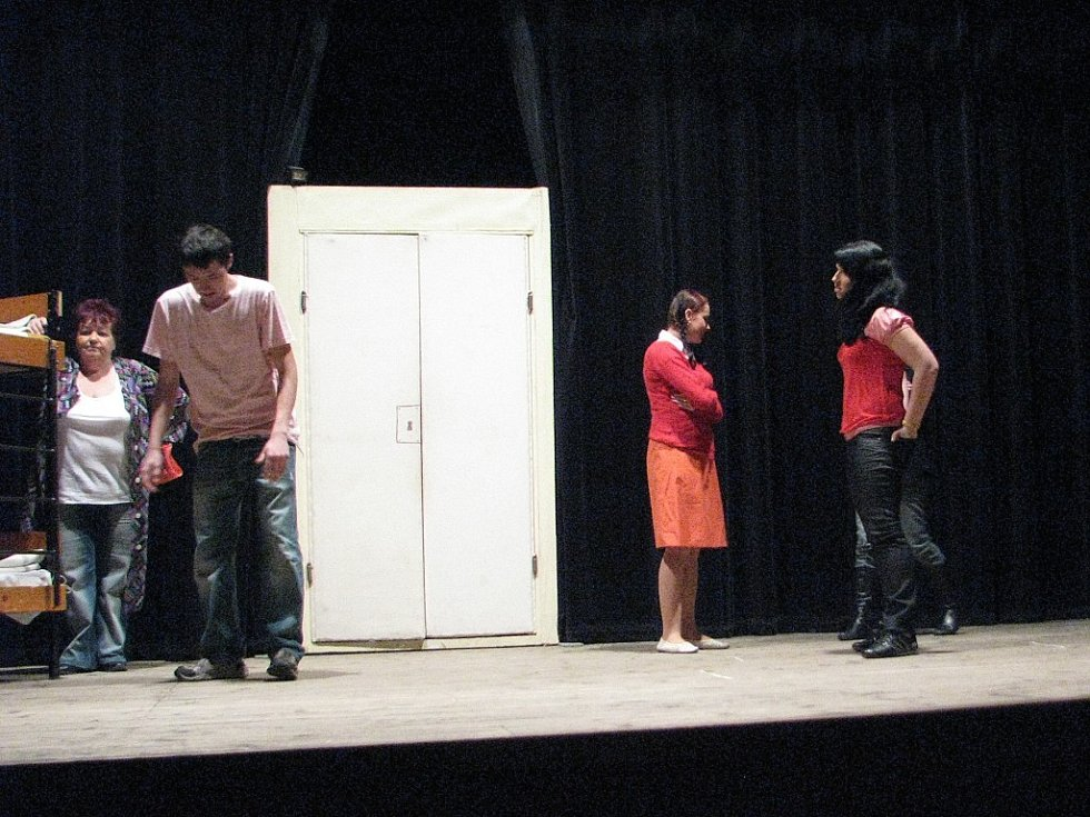 Divadelní společnost se chystá na představení Jako zmoklá slepice na štramberské přehlídce amatérských souboru, která začal v pátek 6. března.
