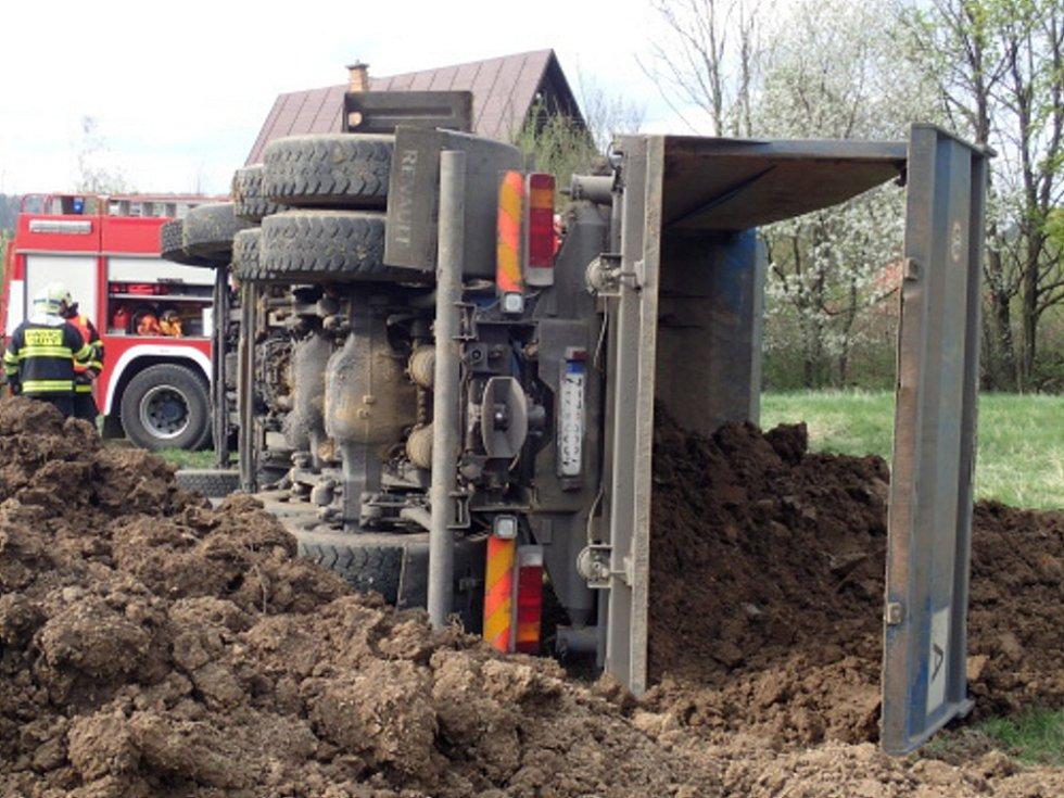 Havarovaný nákladní automobil.