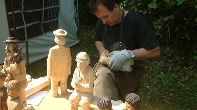 Certifikát získaly i figurální řezby Pawla Kufy z Mostů u Jablunkova. Umělec na archivním snímku pracuje v areálu Muzea Třineckých železáren.