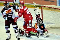 Michal Kovařčík (v červeném) se dostal díky svým výkonům v extralize až do reprezentace.