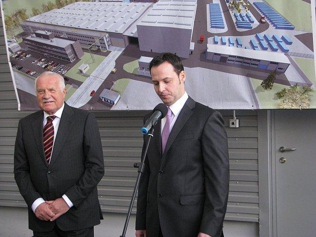 Tehdejší prezident Václav Klaus a ředitel společnosti Huisman Konstrukce Roman Stankovič při otevření nové haly.