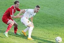 Druholigové derby dopadlo tentokráte lépe pro fotbalisty Frýdku-Místku (v bílém), kteří svého soupeře z Třince přehráli 4:1.