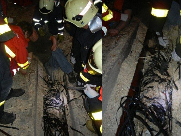 Vážně zraněného muže zachraňovali hasiči.