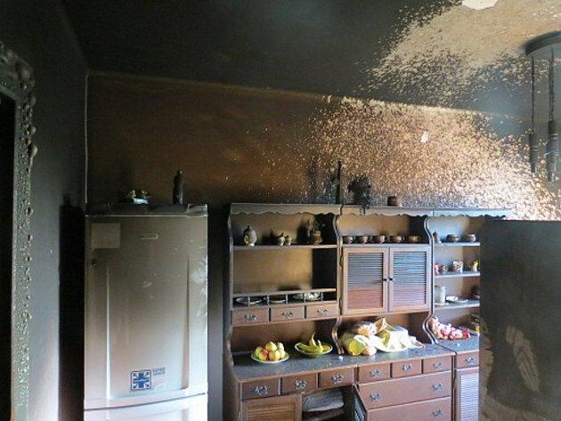 Dvě hasičské jednotky zasahovaly při požáru ve čtvrtek 9. května večer v bytě 3+1 ve čtyřpatrovém domě ve Frýdku-Místku. Dva lidé byli zraněni.