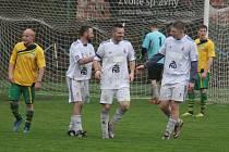 Fotbalisté Lískovce (v bílém) si v domácím střetnutí s Baškou s chutí zastříleli, když svého soupeře zdolali poměrem 8:3.