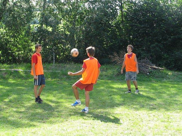 Mini fotbalový turnaj se uskutečnil o víkendu na malém travnatém hřišti za pohostinstvím U Zastávky v Hukvaldech-Rychalticích.
