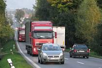 Hlavní silniční tah mezi Oldřichovicemi a Nebory. V jednom směru zde denně projede v průměru osm tisíc aut.